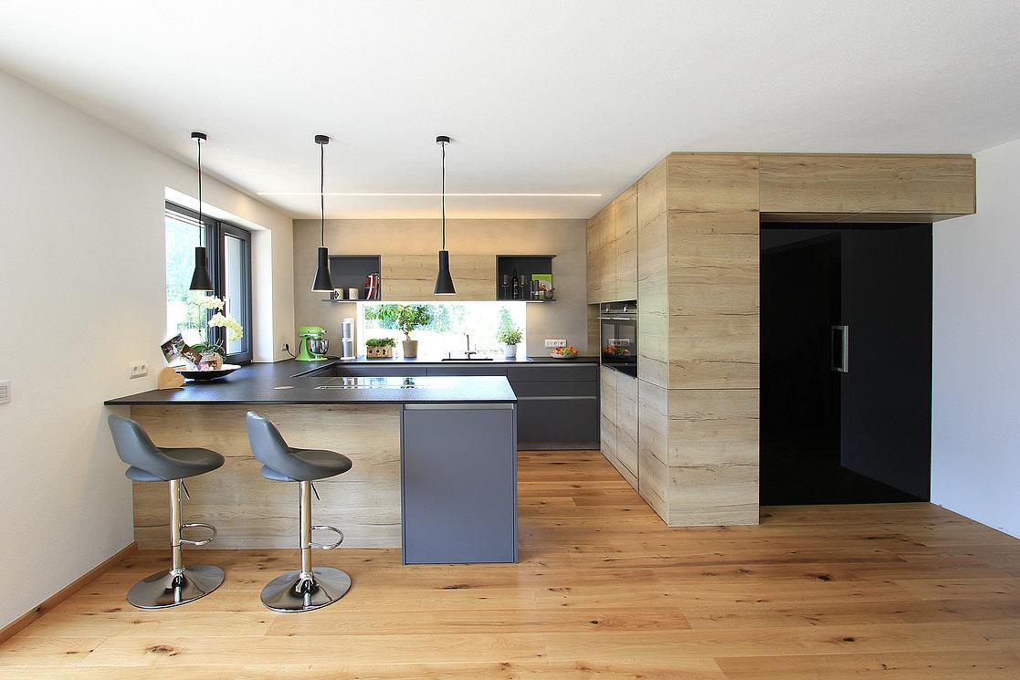 moderne küche mit versteckter speis | laserer tischlerei
