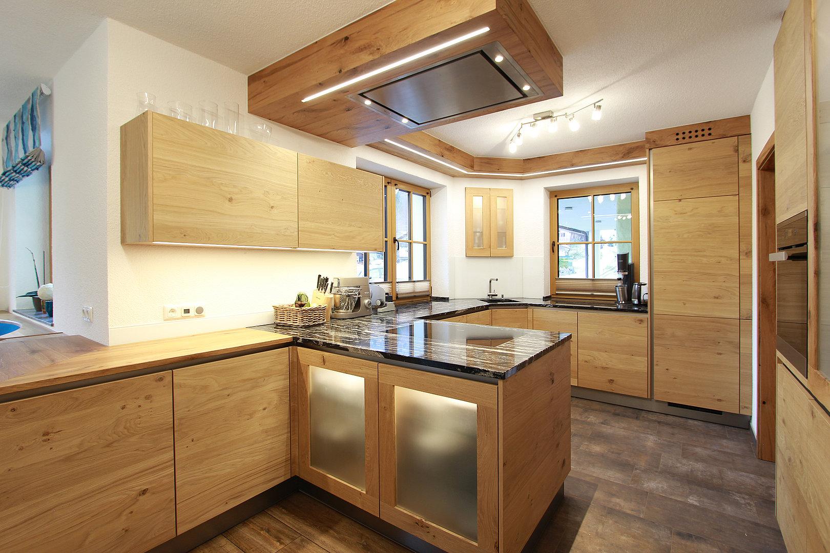 Grifflose Holzküche in Eiche  Laserer Tischlerei