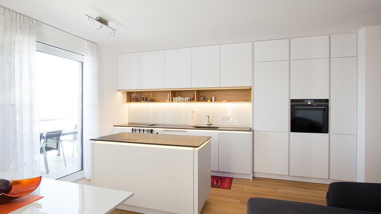 weiße moderne küche mit holz  tischlerei laserer salzburg