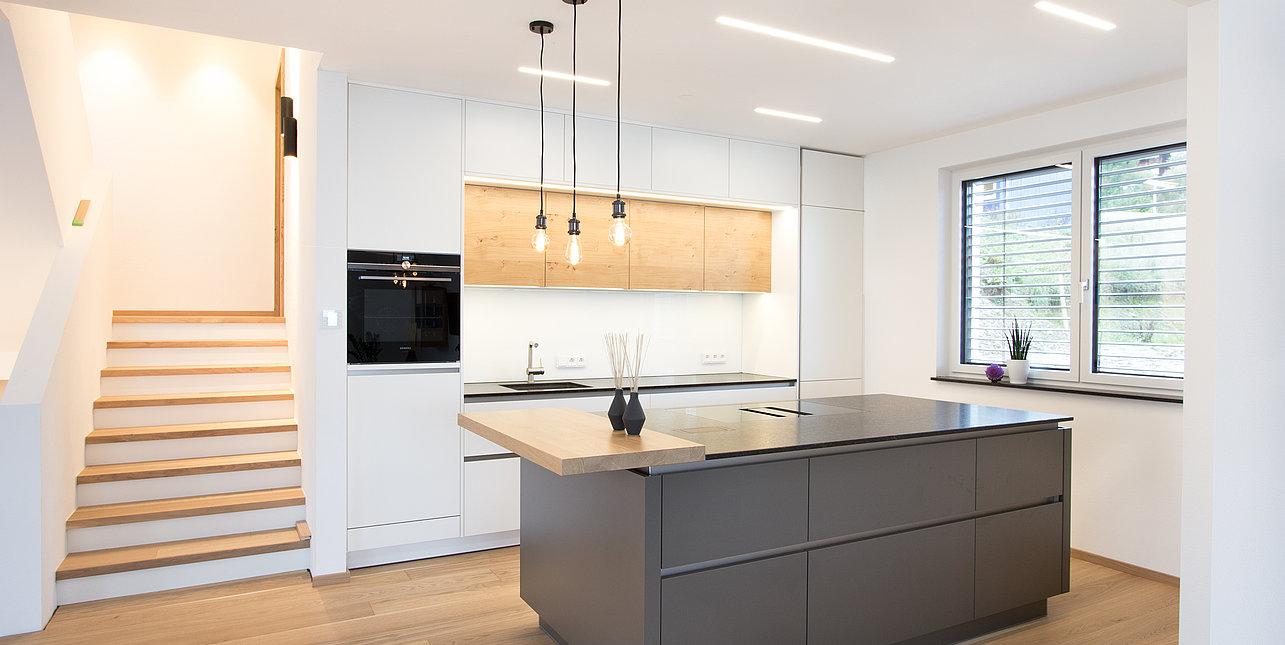 Moderne graue Küche mit Insel  Laserer Küchenstudio