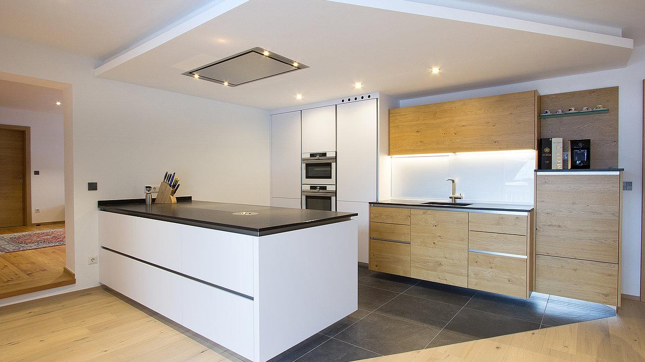 Moderne Küche mit Holz - Küchenstudio Laserer Hallein bei ...